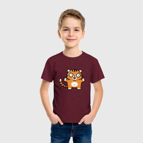 Детская футболка с принтом Испуганный тигренок, фото на моделе #1